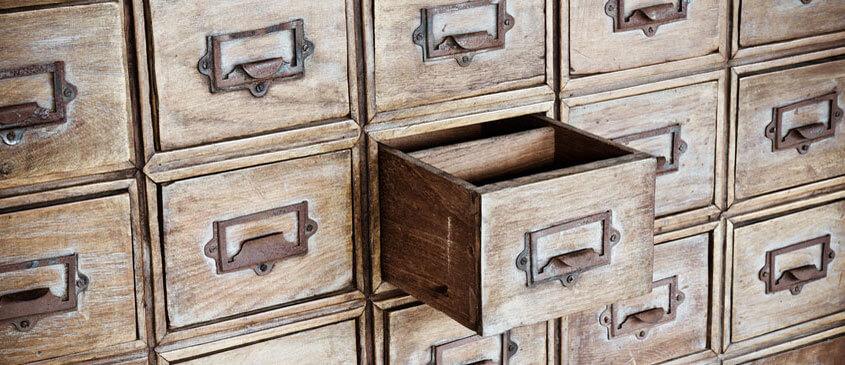 Alter Apothekerschrank Aus Holz Mit Einer Aufgezogenen Schublade