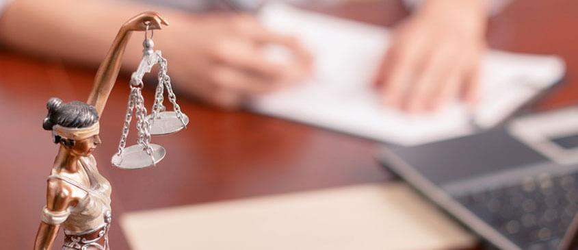 Kleine Statue der Justizia auf Schreibtisch
